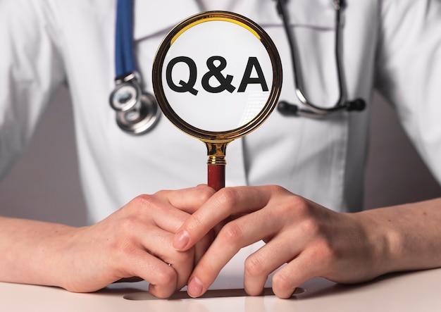 Q&s concept inscriptie in handen van de dokter