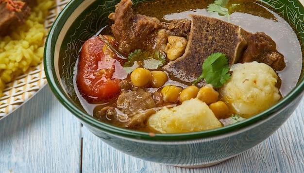 Qovurma bozbash, lamsbouillon met kastanjes, azerbeidzjaanse keuken, traditionele geassorteerde gerechten, bovenaanzicht.