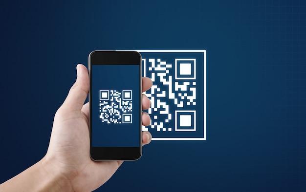 Qr-code scannen betaling en verificatie. hand met qr-code van de mobiele telefoonscan