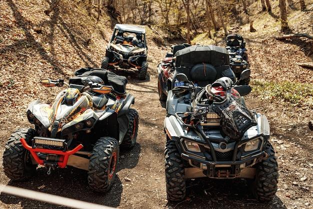 Quad atv auto's terreinwagen geparkeerd op bergweg