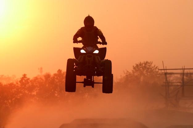 Quad bike spring in de zonsondergang