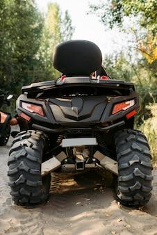 Quad in het bos, achteraanzicht, niemand. rijden op atv, extreme sporten of actief reizen, quadbike-avontuur
