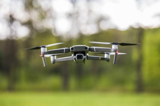 Quadcopter die in de natuur vliegt