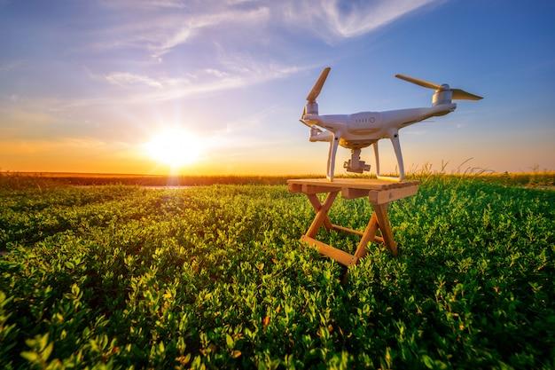 Quadcopter drone camera met afstandsbediening van groen veld