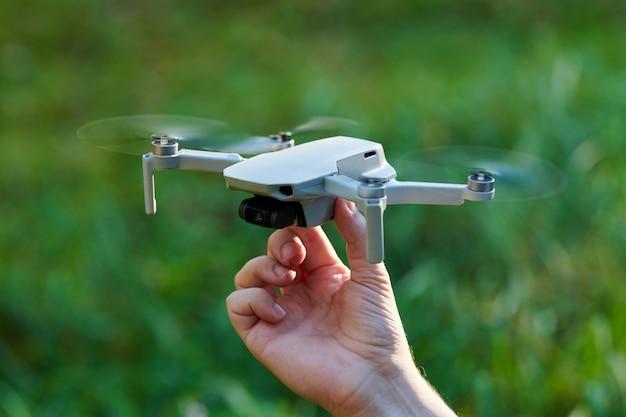 Quadcopter drone in de hand van de operator