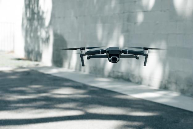 Quadcopter op een achtergrond van grijze muur