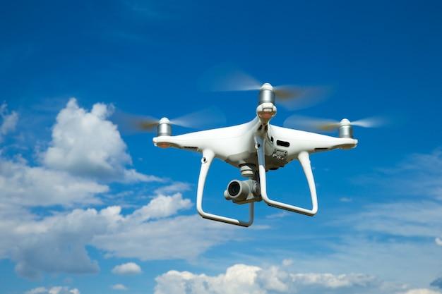 Quadrocopter vliegt hoog in de lucht