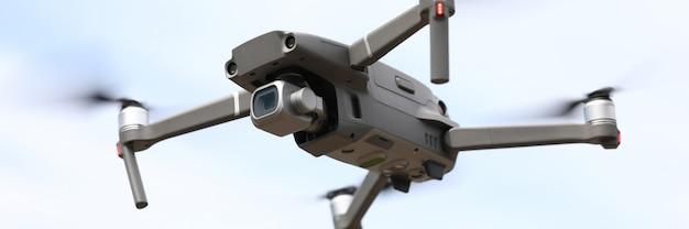 Quadrocoptervlieg op de achtergrond van de hemelclose-up