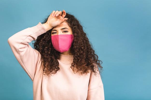 Quarantaine concept. close-up portret van haar ze mooi aantrekkelijk lief schattig schattig innemend meisje dragen shirt bescherming griep koude gezichtsmasker