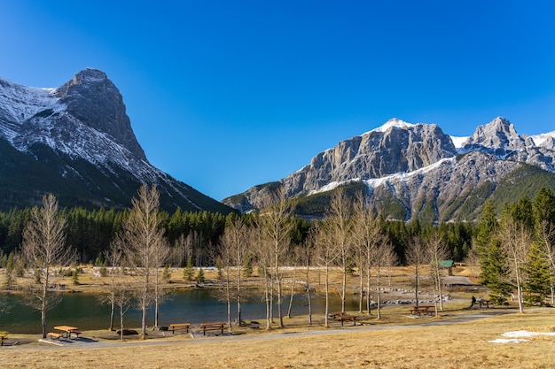 Quarry lake park. met sneeuw bedekte mount rundle en mount lawrence grassi ha ling peak