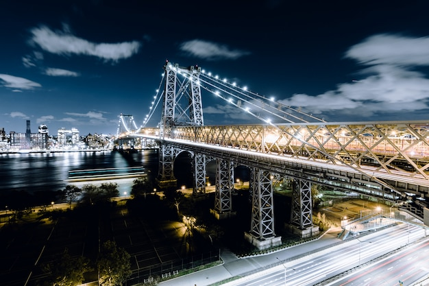 Queensboro bridge 's nachts vastgelegd in new york city