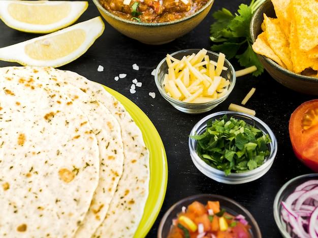 Quesadilla dichtbij koppen met groenten en aardappels
