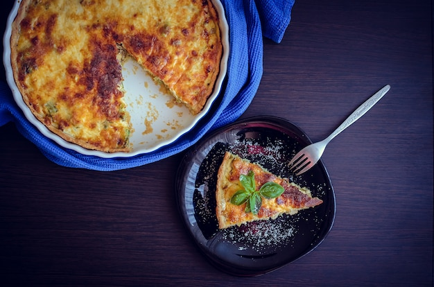 Quiche lorraine taart met kip, champignons en broccoli