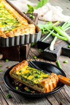 Quiche lorraine van bladerdeeg, met jonge groene uien en spinazie