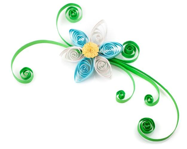 Quilling. gemaakt van stroken papier bloem op een witte achtergrond
