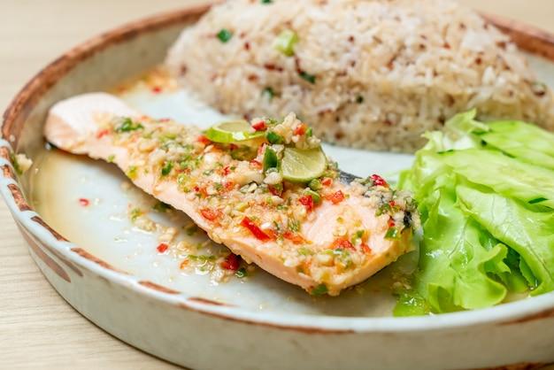 Quinoa gebakken rijst met gestoomde zalm in limoen chili dressing - gezonde voeding stijl