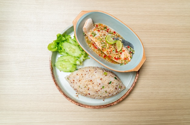 Quinoa gebakken rijst met gestoomde zalm in limoen-chilidressing - healthy food style