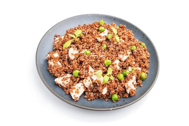 Quinoa-havermoutpap met doperwt en kip op ceramische plaat