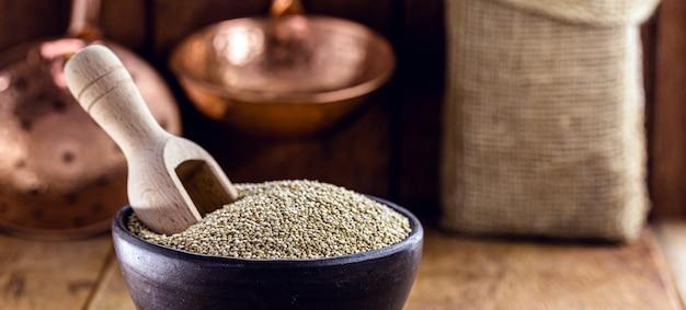 Quinoa in handgemaakte aarden pot. graan superfood, veganistisch eten