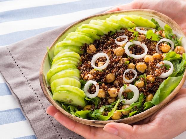 Quinoa slakom met komkommers, kikkererwten
