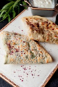 Qutab geserveerd met yoghurt en berberis