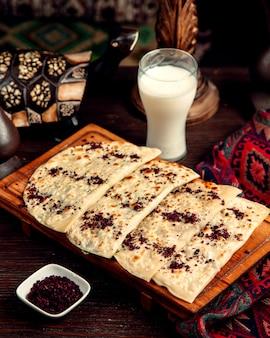 Qutabs met sumakh en ayran