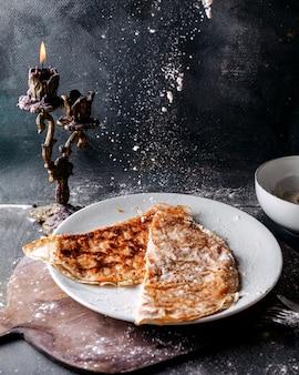 Qutabs smakelijke lekkere oosterse maaltijd in witte plaat op het grijze oppervlak
