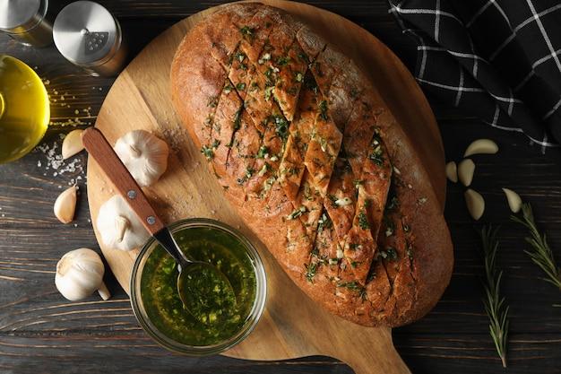Raad met knoflookbrood en olie op houten, hoogste mening