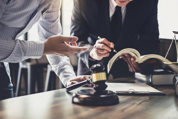Raadpleging van zakenman en mannelijke advocaat of rechter raadsman met teamvergadering
