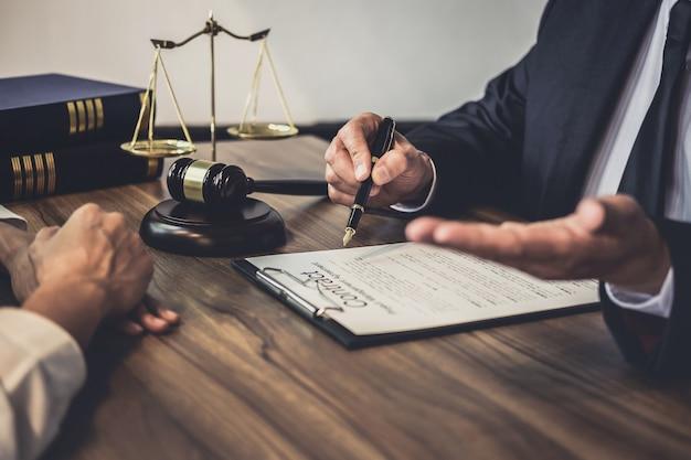 Raadpleging van zakenvrouw en mannelijke advocaat of rechter-adviseur met teamvergadering