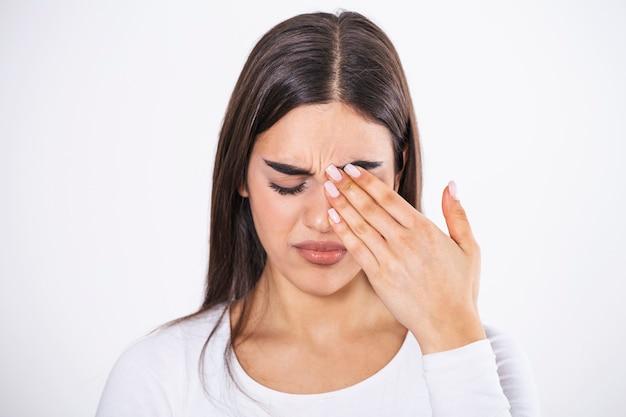 Raak je gezicht niet aan. meisje dat haar oog met vuile handen wrijft.