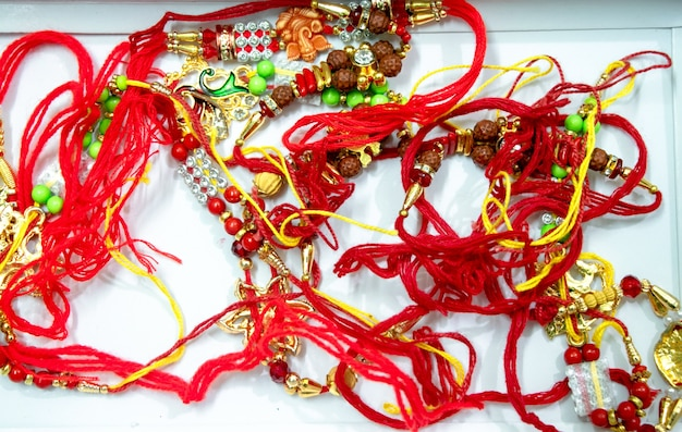 Raakhi - een traditionele indiase polsband die een symbool is van liefde tussen broeders en zusters. raksha bandhan-groet.