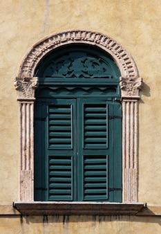 Raam van een gebouw in venetië