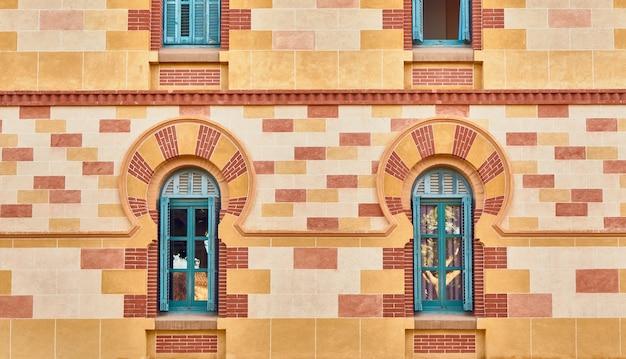 Raam versierd met een gekleurde boog in arabische stijl