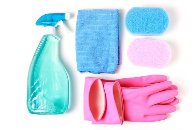 Raamspray, spons en handschoenen op witte bovenaanzicht, voorjaarsschoonmaak