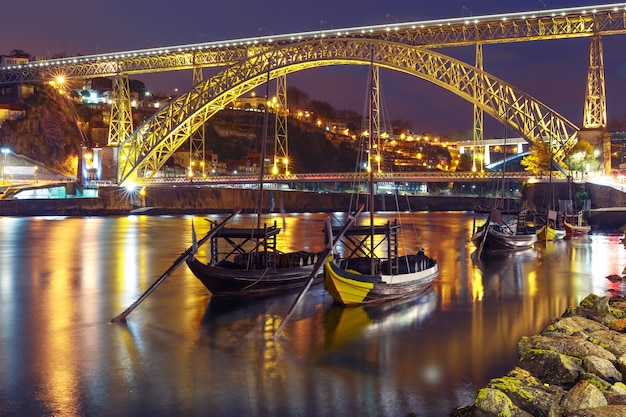 Rabeloboten op de douro-rivier, porto, portugal.