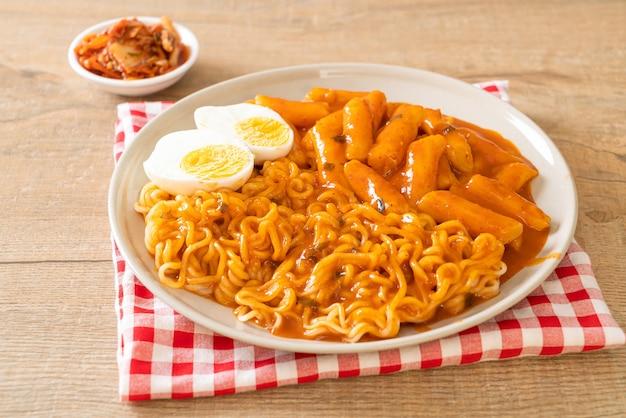 Rabokki (ramen of koreaanse instant noodle en tteokbokki) in pittige koreaanse saus - koreaanse eetstijl