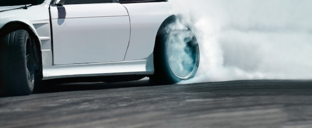 Race drift auto brandende banden op snelheidsbaan