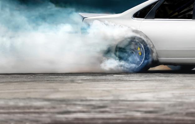 Race drift auto brandende banden op snelheidspoor