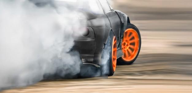 Race drift auto brandende banden op snelheidsspoor