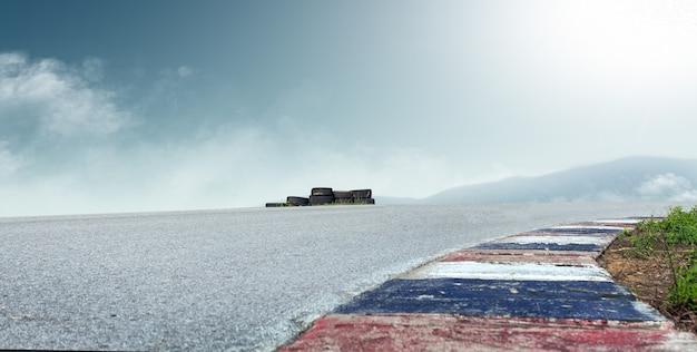 Racebaan en hemelachtergrond