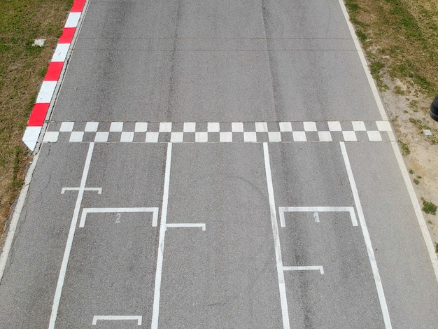 Racebaan met start- of eindlijn, luchtfoto achtergrond