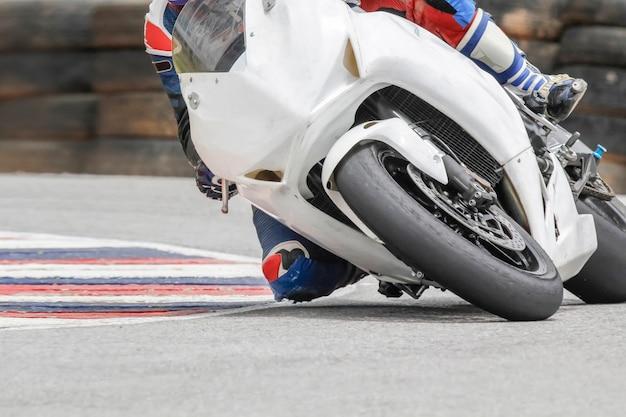 Racefietsrijder leunt in een snelle bocht op het goede spoor