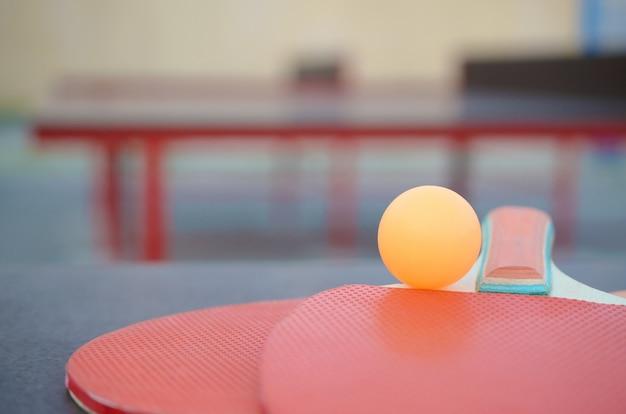 Rackets en bal op pingponglijst in openluchtsportwerf. actieve sport en fysieke training concept