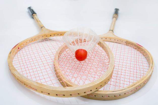 Rackets voor badminton op een witte ondergrond