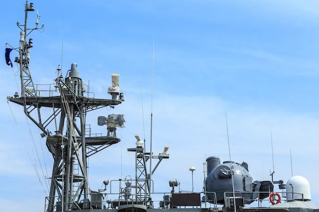 Radar van oorlogsschip bij de haven in thailand op blauwe hemel