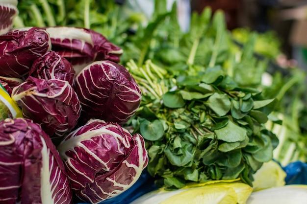 Radicchio en greens op de markt