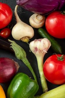 Radijs verse rijpe gekleurde saladegroenten op grijze achtergrond