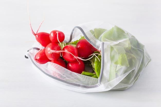 Radijsgroente in herbruikbare mesh nylon tas, plasticvrij afvalconcept