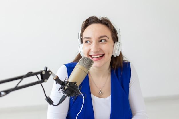 Radio, bloggen, uitzending concept - vrouw dj werkt op de radio